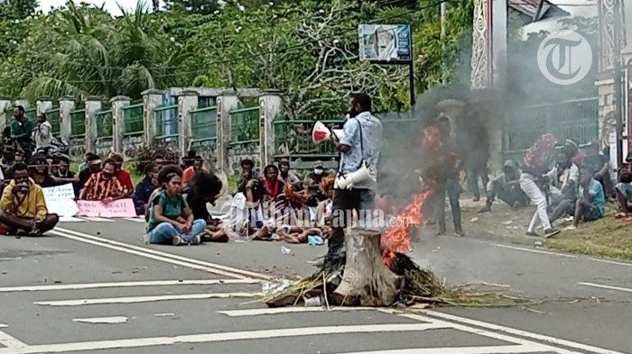 Massa pendemo saat melakukan orasi tolak Otsus di Manokwari, Papua Barat, Kamis (15/7/2021).