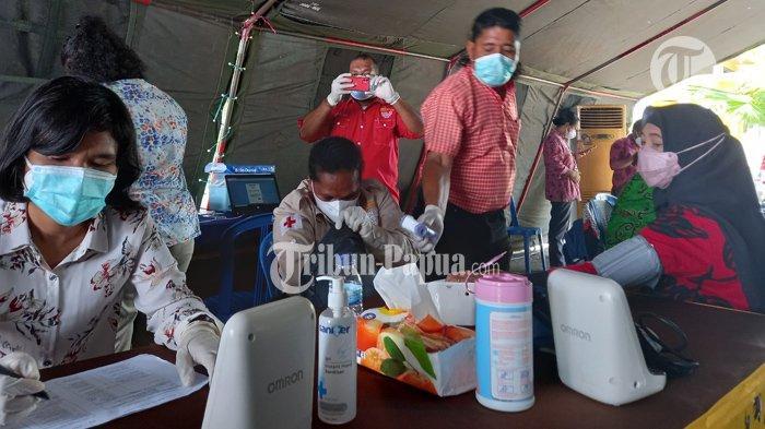 Suasana vaksinasi di halaman kantor Bank Papua.