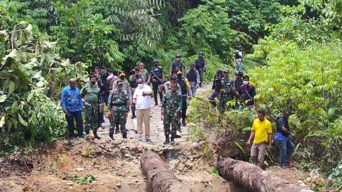 Bupati Maybrat dan Danrem Tinjau Lokasi Pembangunan Jembatan yang Dirusak KNPB