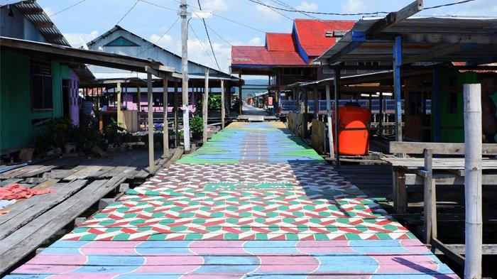 Jembatan Warna-warni Jadi Icon Kampung Wisata Yoboi di Tengah Hutan Sagu Jayapura