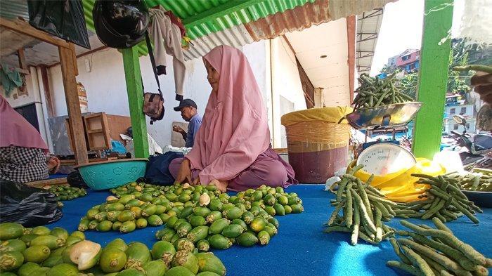 Harga Pinang dan Sirih di Pasar Sentral Hamadi Alami Penurunan