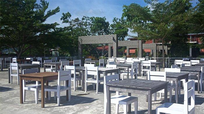 Jejeran kursi berwarna putih menjadi ikonik di ruangan dalam Sentani Purnama Resto, terletak di alan Yoka Waena, Kampung Hebeybhulu, Distrik Heram, Kota Jayapura, Papua.