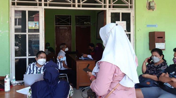 VAKSINASI - Warga di Kelurahan Yabansai, saat mengikuti vaksinasi yang diadakan oleh Puskesmas Waena, Selasa (16/6/2021).