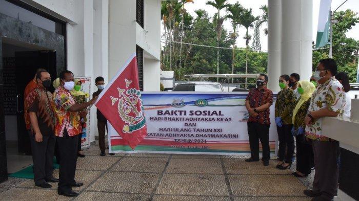 LAWAN COVID19 - Kepala Kejaksaan Tinggi Papua Nikolaus Kondomo membuka gelar Bakti Sosial dalam rangka Hari Bhakti Adhyaksa ke-61, Jumat (16/7/2021). Sebanyak 400 paket Bapok dibagikan kepada tiga panti asuhan. Pada Senin (19/7/2021), vaksinasi gratis akan digelar.
