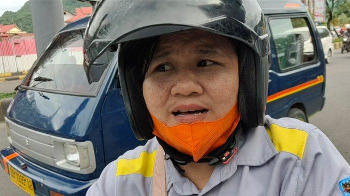 MACET - Melanie (43), satu di antara pengguna jalan mengeluh soal kemacetan lalu lintas, Kamis (17/6/2021) yang sering terjadi di depan Mall Jayapura, Jalan Sam Ratulangi, Kelurahan Bhayangkara, Distrik Jayapura Utara, Kota Jayapura, Papua.