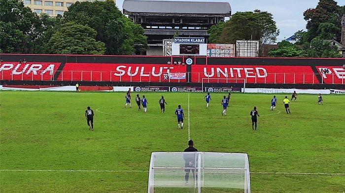 Laga uji coba Tim PON Sulut dan Tim PON Papua di Stadion Klabat, Sabtu (17/07/2021). Laga dimenangkan tim tamu dengan skor 2-0.