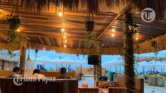 Kafe Haria Pinggir Pantai Holtekamp Menawarkan Kopi dari Wamena