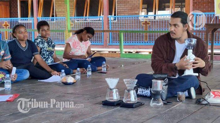 Komunitas Sosial D2WNG Gelar Pelatihan Hadirkan Barista Reja Prayoga di Kampung Yoboi