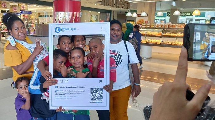 Warga Antusias Lakukan Fotobooth Tribun-Papua.com di Mall Jayapura