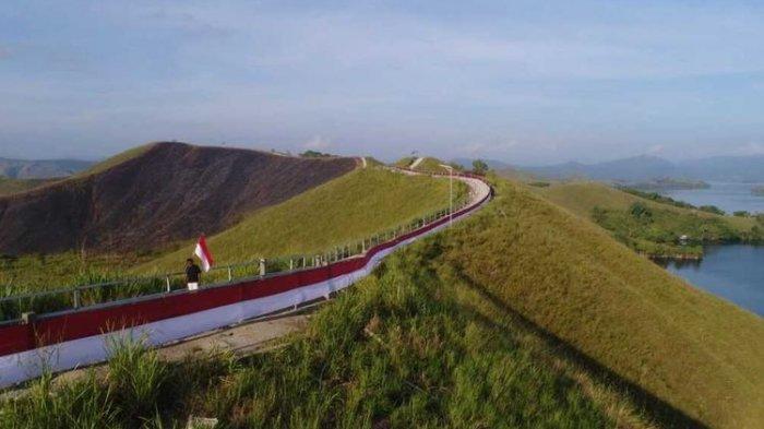 VIRAL Pembentangan Bendera Merah Putih 700 Meter di Bukit Pinggiran Danau Sentani