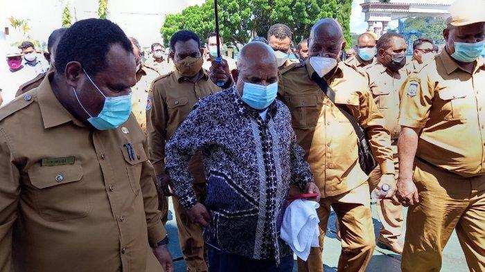 Gubernur Papua Lukas Enembe menghadiri pencanangan pembangunan gedung baru Kantor Gubernur Papua di Kota Jayapura, Senin (19/7/2021).