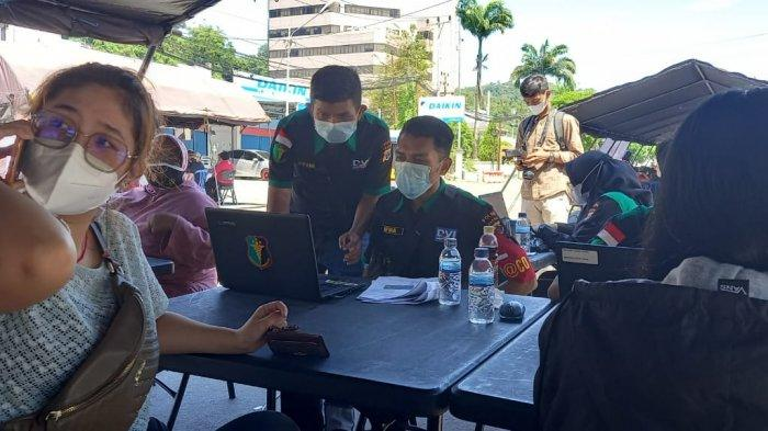 Usai Vaksin Gratis Warga Jayapura Dapat Nasi Goreng dari Polisi