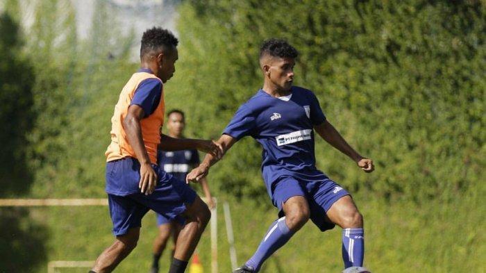 CHARENZ HUWAE - Gelandang muda Persipura Charenz Huwae, resmi bergabung berlatih di TC training camp di Batu Malang, Jawa Timur. Pelatih Persipura Jacksen F Thiago menilai Charenz Huwae adalah pemain berbakat, pekerja keras di lapangan, dan laik menjadi bagian dari tim inti.