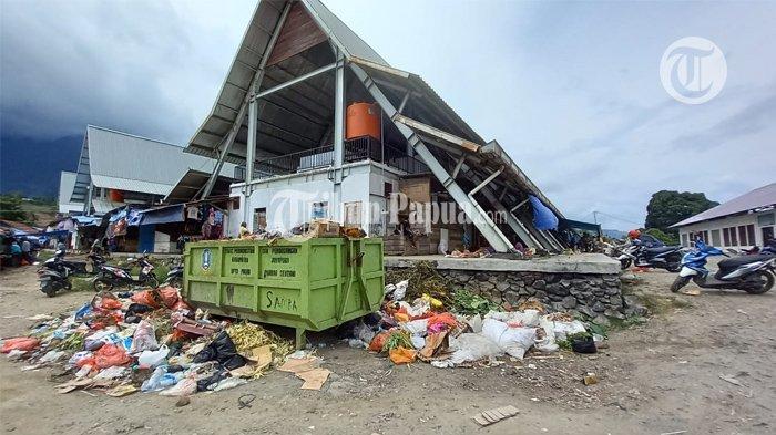 Pedagang Keluhkan Sampah di Pasar Pharaa Sentani