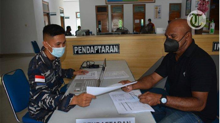Masyarakat saat mendaftar pada pelaksanaan vaksinasi gratis di Balai Pengobatan Amphibi Lantamal X Jayapura.