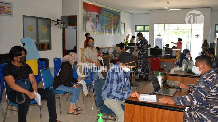 Warga Jayapura Padati Balai Pengobatan Amphibi TNI AL untuk Divaksin