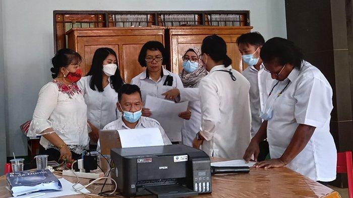 PPDB - Suasana pengecekan validasi data setiap siswa yang mendaftar di Sekolah Menengan Atas Negeri (SMAN) 4 Jayapura.