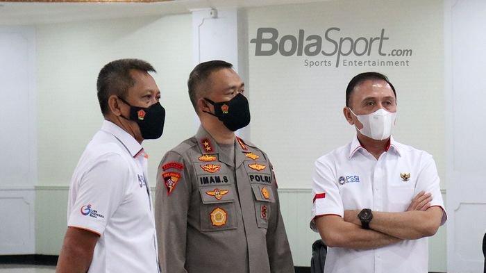 LIGA 1 2021 - Direktur Operasional PT LIB (Liga Indonesia Baru), Sudjarno (kiri); Asops Kapolri, Irjen Imam Sugianto (tengah); dan Ketua Umum PSSI, Mochamad Iriawan (kanan), tengah bertemu di Kemenpora, Senayan, Jakarta 27 April 2021.