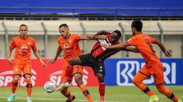 BENTROK - Pesepakbola Persipura Jayapura berebut bola dengan pemain Persiraja Banda Aceh saat berlaga pada lanjutan BRI Liga 1 di Stadion Si Jalak Harupat, Kabupaten Bandung, Jawa Barat, Jumat (24/9/2021). Lantak Laju dipaksa menyerah dengan skor 1-2.
