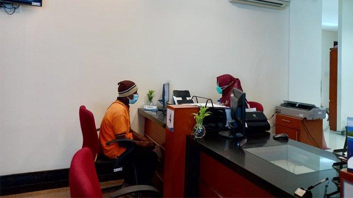 UNIVERSITAS TERBUKA - Proses penerimaan mahasiswa di kampus Universitas Terbuka (UT) Papua secara offline, Jumat (25/6/2021).