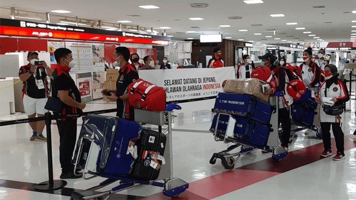 Lalu Muhammad Zohri dan Alvin Tehupeiory atlet Indonesia untuk Olimpiade Tokyo dari cabang atletik tiba di Bandara Narita Tokyo, Minggu (25/7/2021).