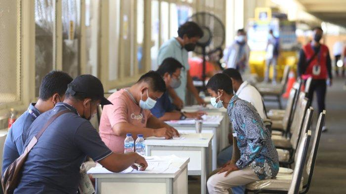 Sejumlah relawan saat registrasi ulang yang berlangsung di Stadion Lucas Enembe, Kampung Harapan, Distrik Sentani Timur, Kabupaten Jayapura, Papua, Sabtu (25/9/2021). Terdapat 25 ribu orang relawan yang sudah terdaftar dan nantinya akan disebar dengan rincian 8.300 relawan di Kota Jayapura, 8.400 relawan di Kabupaten Jayapura, 4.100 relawan di Kabupaten Mimika, dan 3.400 relawan di Kabupaten Merauke.
