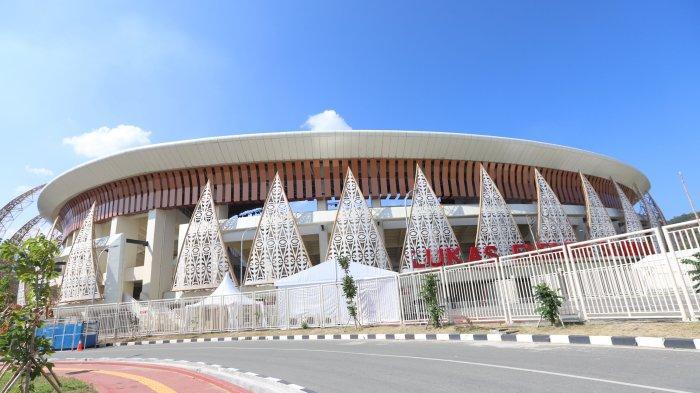 Sejumlah warga saat berfoto dengan maskot PON XX Papua di Stadion Lucas Enembe, Kampung Harapan, Distrik Sentani Timur, Kabupaten Jayapura, Papua, Sabtu (25/9/2021). Stadion dengan daya tampung lebih dari 40.000 penonton ini akan menjadi tempat upacara pembukaan dan penutupan PON XX Papua.