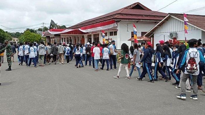 Kecewa Lama Mengantre, Ratusan Siswa di Sorong Tarik Diri dari Loket Vaksinasi