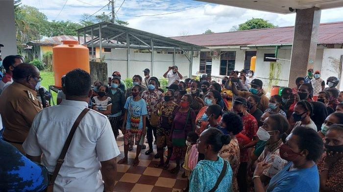 7 Bulan PKH Tak Cair, Sejumlah Mama-mama Papua Datangi Kantor Wali Kota Sorong