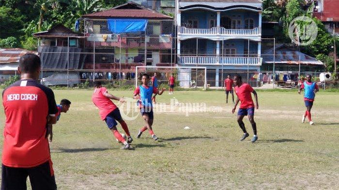 PON XX PAPUA - Tim Sepakbola PON Papua saat menjalani latihan di Lapangan Argapura, Distrik Jayapura Selatan, Papua.