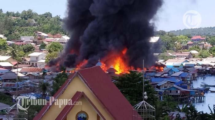 Puluhan rumah di komplek Borobudur, Distrik Manokwari Barat, Kabupaten Manokwari, Papua Barat, dilahap api.