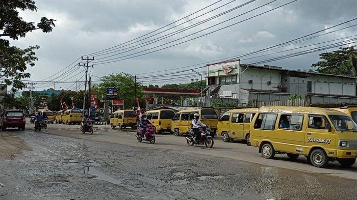 BBM LANGKA - Anteran panjang angkutan umum di SPBU Jalan Baru, Kota Sorong, Papua Barat, Selasa (31/8/2021). BBM jenis premium langka di daerah ini. Para sopir mengeluh akibat kelangkaan BBM. Pemerintah diminta melakukan sidak.