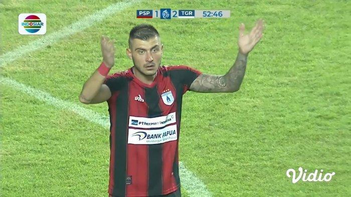 PERSIPURA - Yevhen Bokhashvili memprotes keputusan wasit Fariq Hitaba yang menganulir gol lesatannya ke gawang Persita Tangerang, dalam laga perdana pada Sabtu lalu.
