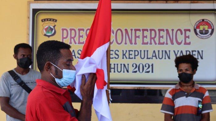 Cium Merah Putih dan Nyatakan Setia ke NKRI, 5 KKB di Kepulauan Yapen Serahkan Senjata Api Rakitan