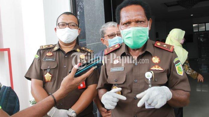 USUT KASUS - Kepala Kejaksaan Tinggi Papua, Nikolaus Kondomo dalam sebuah wawancara.