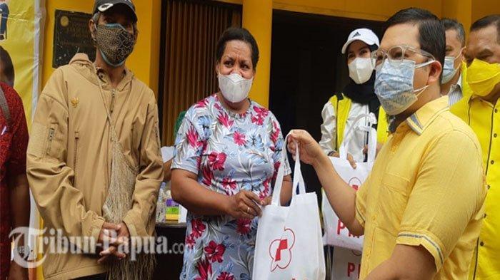 Pelaksana tugas (Plt) Ketua Umum DPD Partai Golkar Provinsi Papua Ahmad Doli Kurnia Tandjung saat menyerahkan bingkisan kepada peserta vaksin di halaman kantor DPD Gokar Papua, Sabtu (7/8/2021).