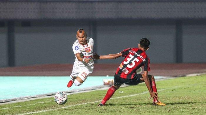 Aksi penyerang sayap Persija Jakarta Riko Simanjuntak pada laga Liga 1 2021-2022 kontra Persipura Jayapura di Indomilk Arena, Tangerang, pada Minggu (19/9/2021) malam WIB.
