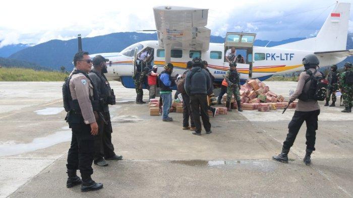 Aktivitas penerbangan di Bandara Aminggaru, Distrik Ilaga, Kabupaten Puncak, Papua, Senin (14/6/2021). Sebanyak 150 aparat gabungan TNI-Polisi bersiaga pascateror Kelompok Kriminal Bersenjata (KKB).