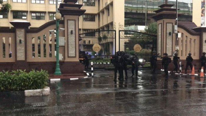 CCTV Rekam Gerak-gerik Terduga Teroris sebelum Ditembak Mati Polisi, Mondar-mandir di Mabes Polri