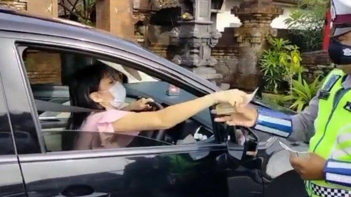 Viral Satlantas Dimaki-maki Pengendara Mobil yang Melanggar Lampu Merah: Gak Apa-apa Terimakasih