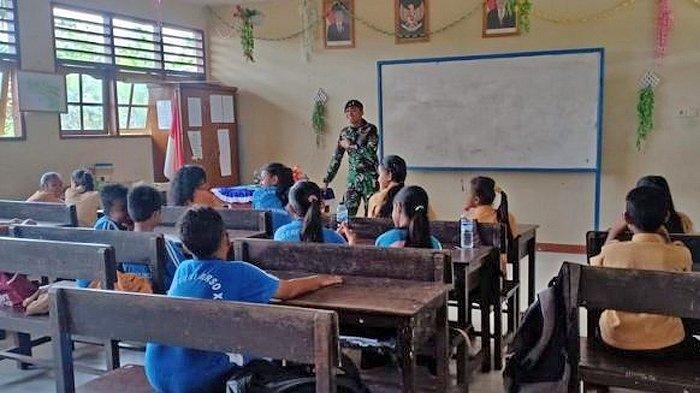 Anggota TNI Mengajar Bahasa Inggris di SD Kabupaten Keerom Daerah Perbatasan RI-Papua Nugini