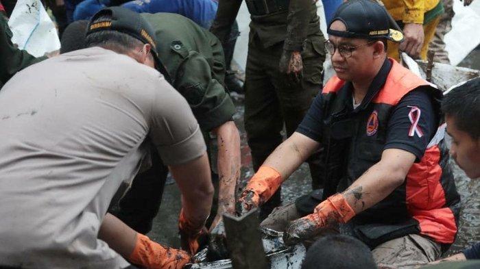 VIDEO Anies Baswedan Hujan-hujanan saat Kerja Bakti, Keruk Lumpur Sisa Banjir Jakarta