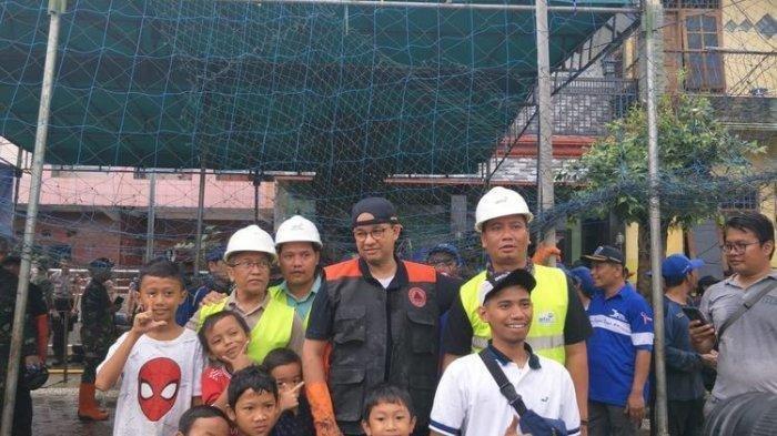 Anies Ikut Kerja Bakti Bersihkan Sampah Bersama Warga setelah Banjir Surut