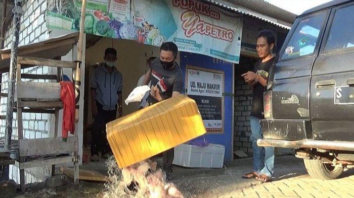 Warganya Sakit karena Makan Ayam Bantuan Pemerintah, Kades di Tuban Ngamuk Buang Daging ke Jalan