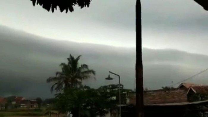 Heboh Fenomena Awan Hitam Berbentuk Ombak di Serang Banten: BMKG: Awan Itu Disebut Shelf Cloud