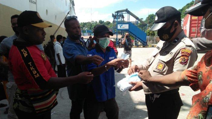 Cegah Penyebaran Covid-19, Polisi Bagikan Masker Kepada Penumpang Kapal