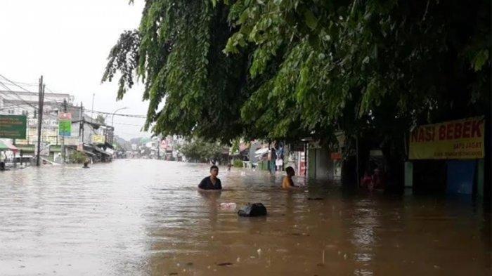 Viral Aksi Kevin di Twitter, Terobos Banjir Sedada Antarkan Makan untuk Teman, Meraba Pakai Tongkat