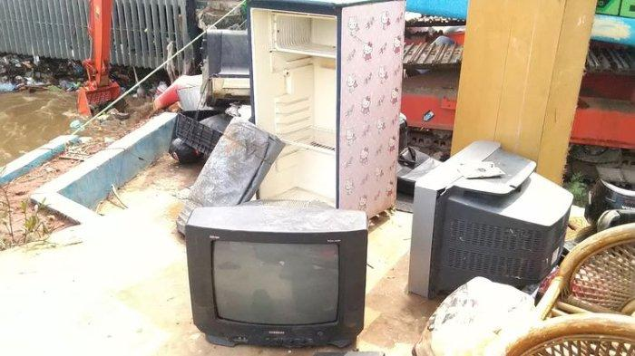Banjir, Warga Berebut Sampah Kiriman di Pintu Air Manggarai Mulai dari TV hingga Kulkas untuk Dijual