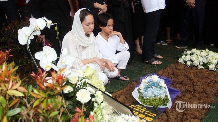 Masih Syok saat di Pemakaman Ashraf, BCL: Semua Terjadi Begitu Cepat, Saya Lagi Berusaha Mencerna