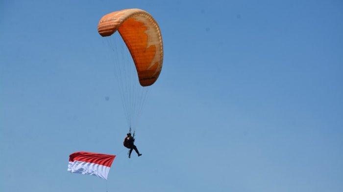 Jelang HUT RI ke-76, Bendera Merah Putih Raksasa Berkibar di Langit Jayapura
